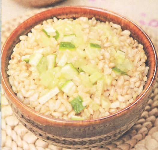 产后美颜月子食谱:黄瓜糙米饭