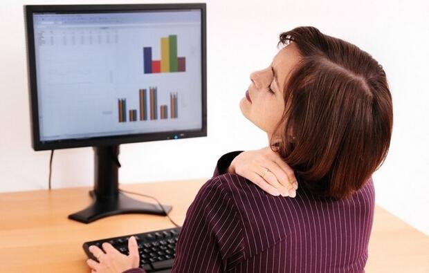 长期电脑工作颈椎病不妨试试刮痧