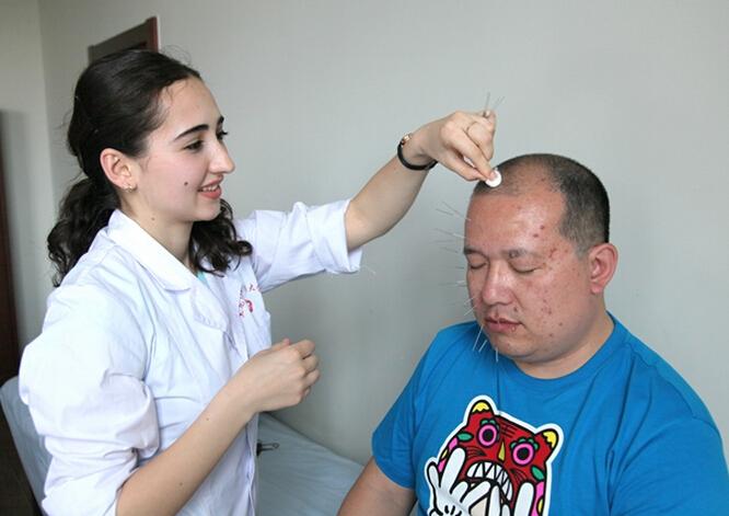 来自塔吉克斯坦的裴娜在孔子学院学习中文期间迷上了中医文化