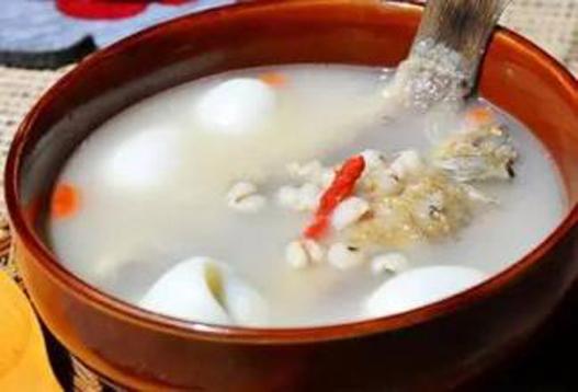 肝硬化食疗食谱——薏苡仁鲫鱼汤