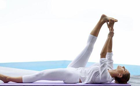 冬季运动养生之抱膝滚动疗法