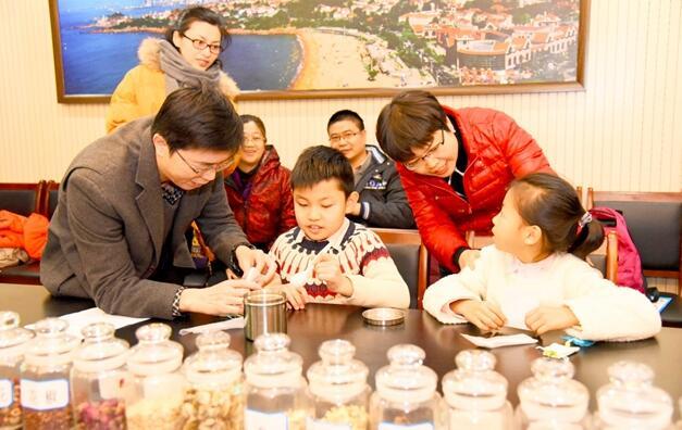 """孩子們在青島市中醫醫院參加""""神奇中醫藥在身邊""""活動"""