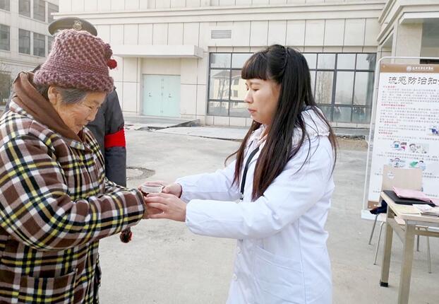 安徽亳州市华佗中医院举办中药预防流感汤剂免费赠饮活动