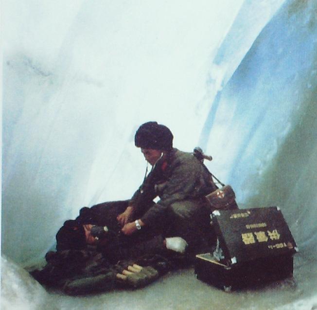 解放军卫生人员冰峰救护
