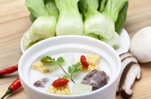 补钙食谱 芹蔬排骨奶汤