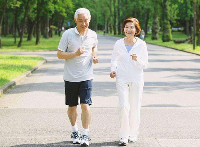 老年人可选择慢跑运动