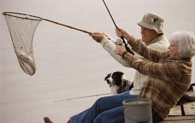老年人钓鱼可忘却烦恼