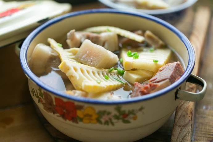 春季煲汤鸭肉滋补利水 搭配春笋鲜上加鲜