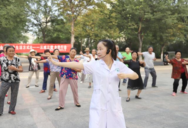 山东省邹平县黄山社区医务人员指导居民练习八段锦