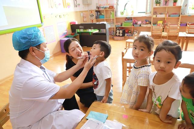 河北内丘县中医院口腔科医生到学校为适龄儿童进行口腔检查
