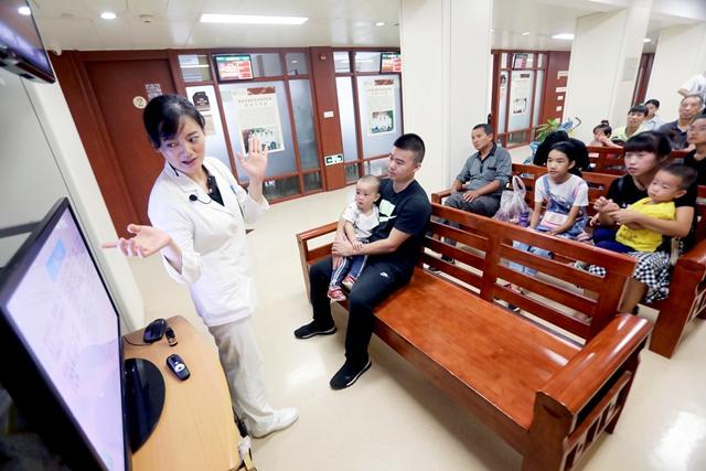 浙江省中医院国医馆医护人员利用患者就诊等待时间开办小讲座