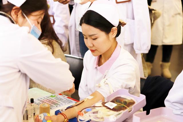 武汉市第一医院(武汉市中西医结合医院)组织医务人员开展爱心献血活动