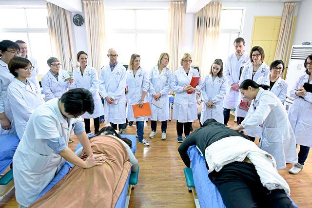 """中医""""洋学生""""在湖北省中医院光谷院区推拿科进行实习"""