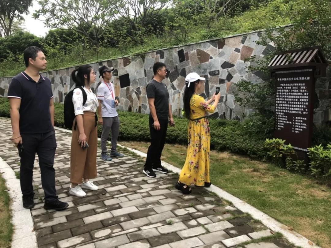 陈书记一行在总经理耿志超的陪同下参观博览园项目