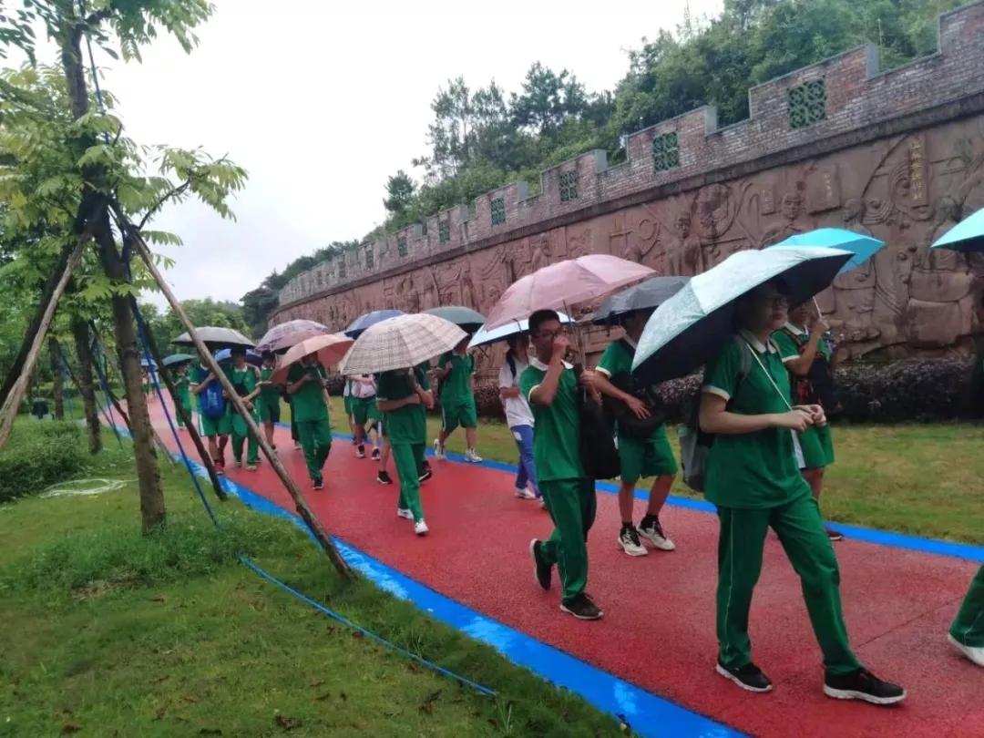 参观中医药历史文化浮雕景观长廊