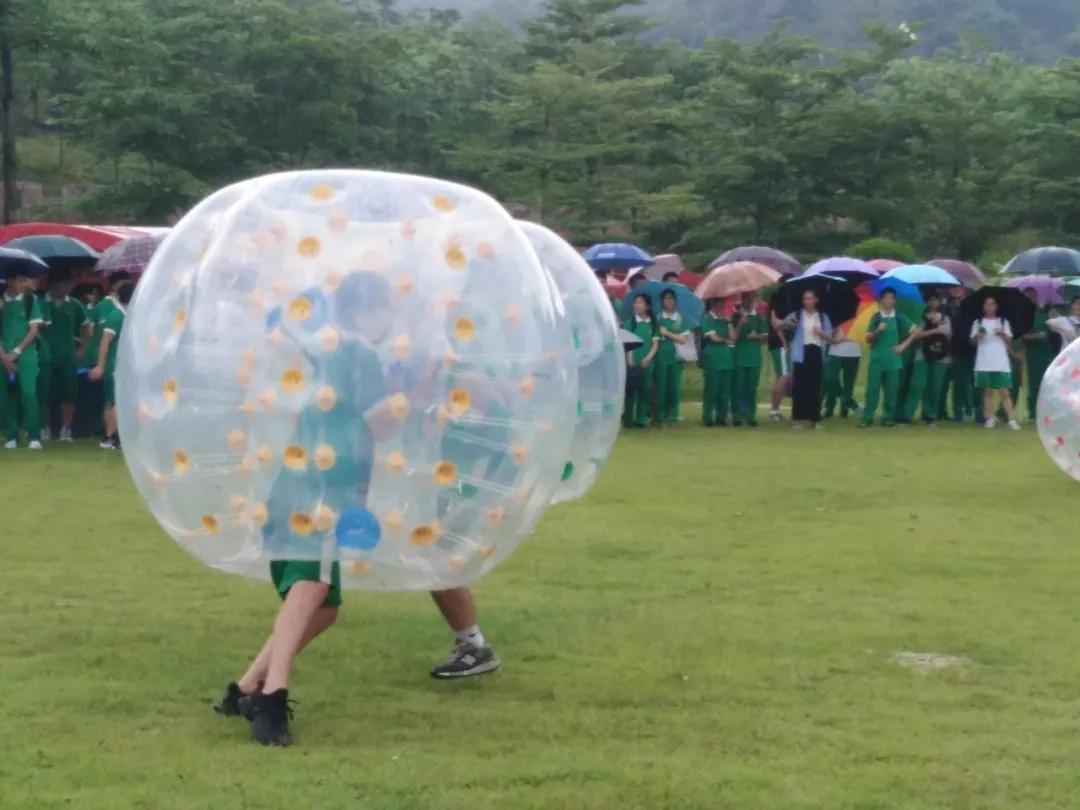 同学们在雨中游戏