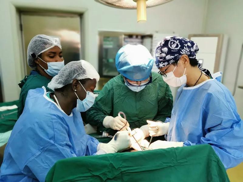 央视新闻 中加建交60周年中manbetx手机下载疗队助加纳抗疫增进两国友谊