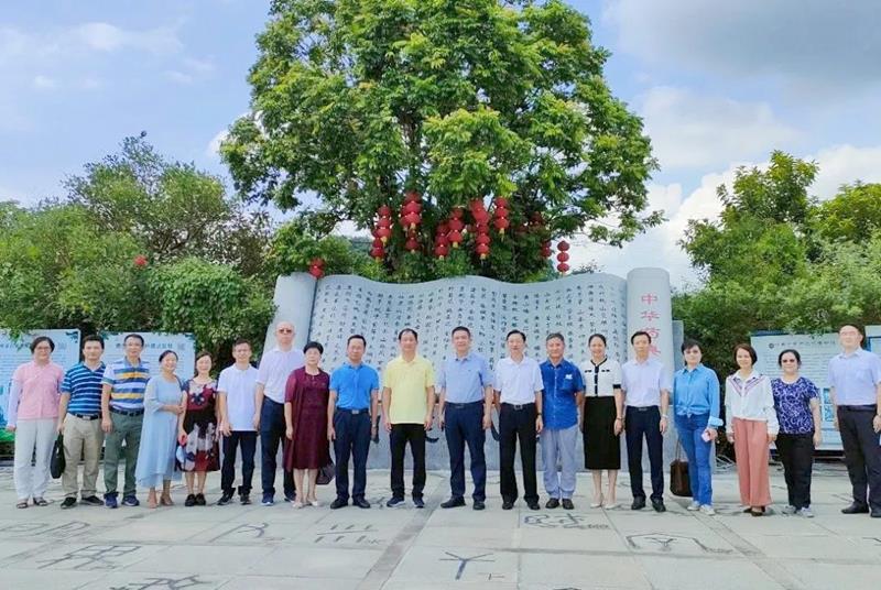 广州市政协副主席何汝诚一行莅临国医小镇参观调研
